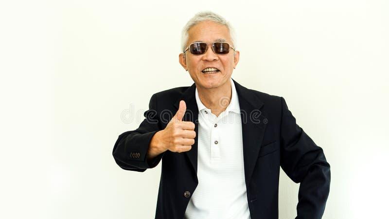 Gammal asiatisk tillfällig affärsdräkt för hög man med den lyckliga framsidan och sungla arkivbild