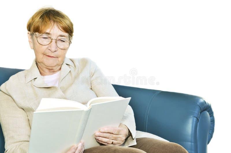 gammal avläsningskvinna för bok royaltyfri fotografi