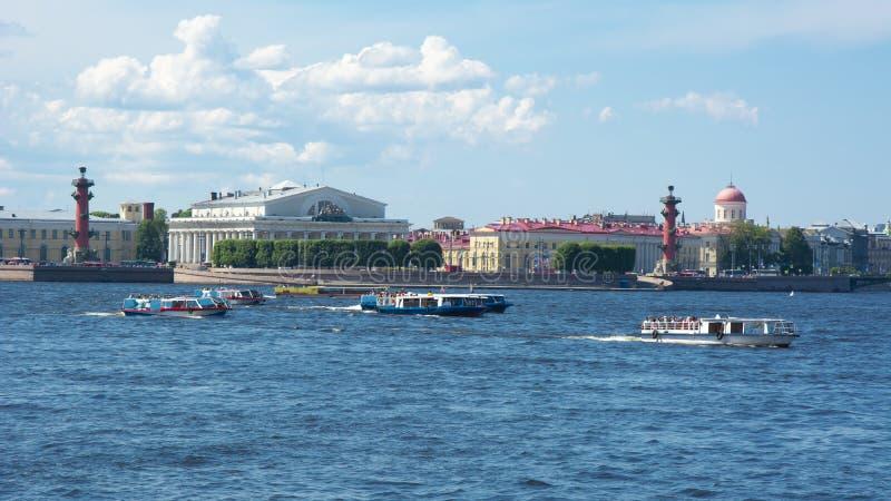 Gammal börsbyggnad och Rostral kolonner på den Vasilyevsky ön, St Petersburg, Ryssland arkivbild