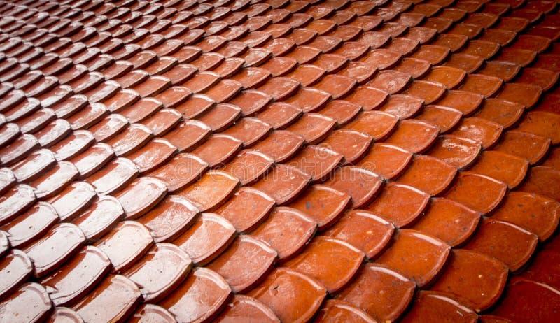 Gammal bakgrund för tak för röda tegelplattor royaltyfri bild