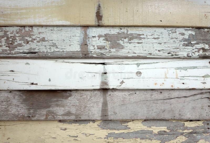 Gammal bakgrund för träpaneltextur som är nära upp yttersida av träplankan som skalar målarfärg royaltyfria foton