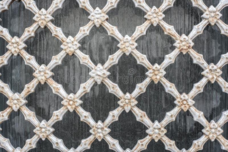 Gammal bakgrund för vägg för staket för ingrepp för tappningståltråd arkivfoto