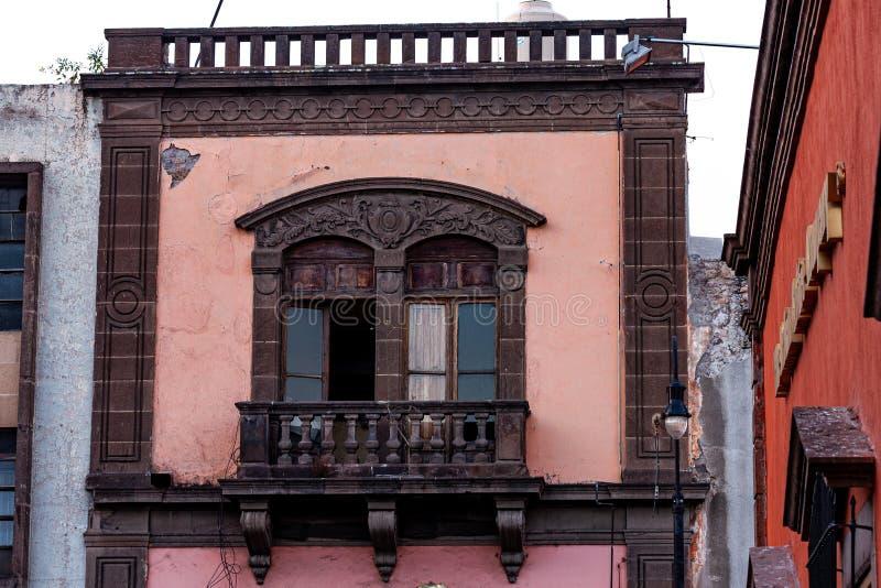 Gammal balkong i San Luis Potosi royaltyfria bilder