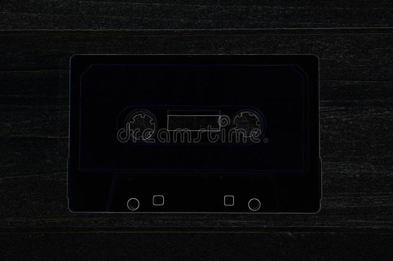 Gammal bandkassett för att anteckna på stiliserad bakgrund royaltyfri fotografi