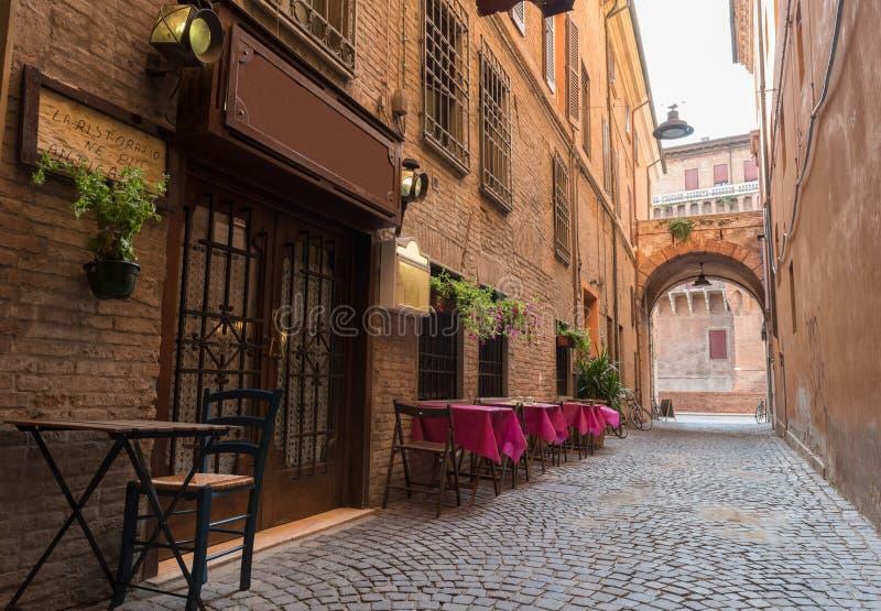 Gammal bar i en mycket liten gränd i centret av Ferrara royaltyfria foton