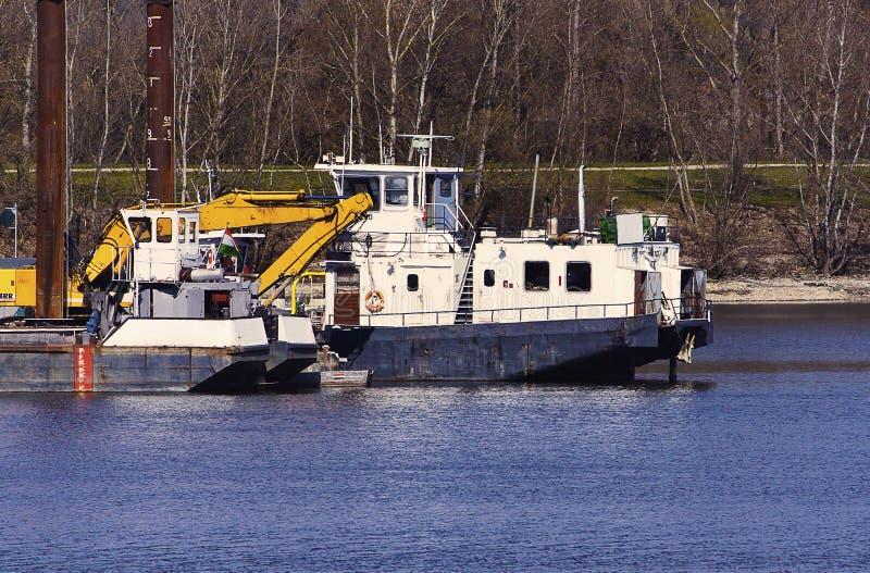 Gammal barkass i reparationsskeppsdocka arkivfoto