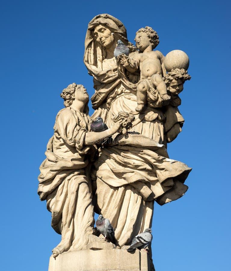 Gammal barock staty av St Anne på Charles'ens bro royaltyfri fotografi