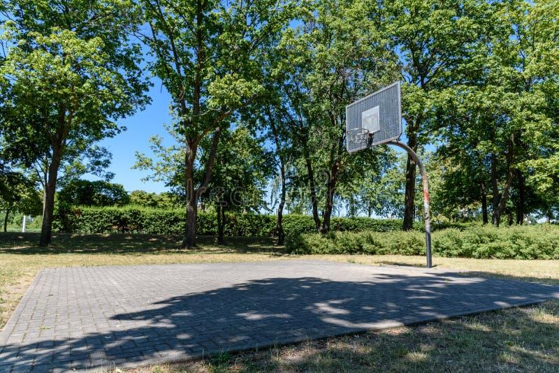 Gammal basketballfield i en stad i östliga Tyskland arkivfoton