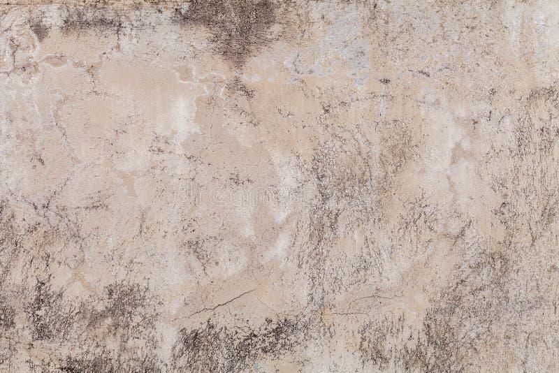 Gammal beige v?gg som t?ckas med oj?mn murbruk Textur av f?r sandtegelsten f?r tappning sjaskig yttersida, closeup fotografering för bildbyråer