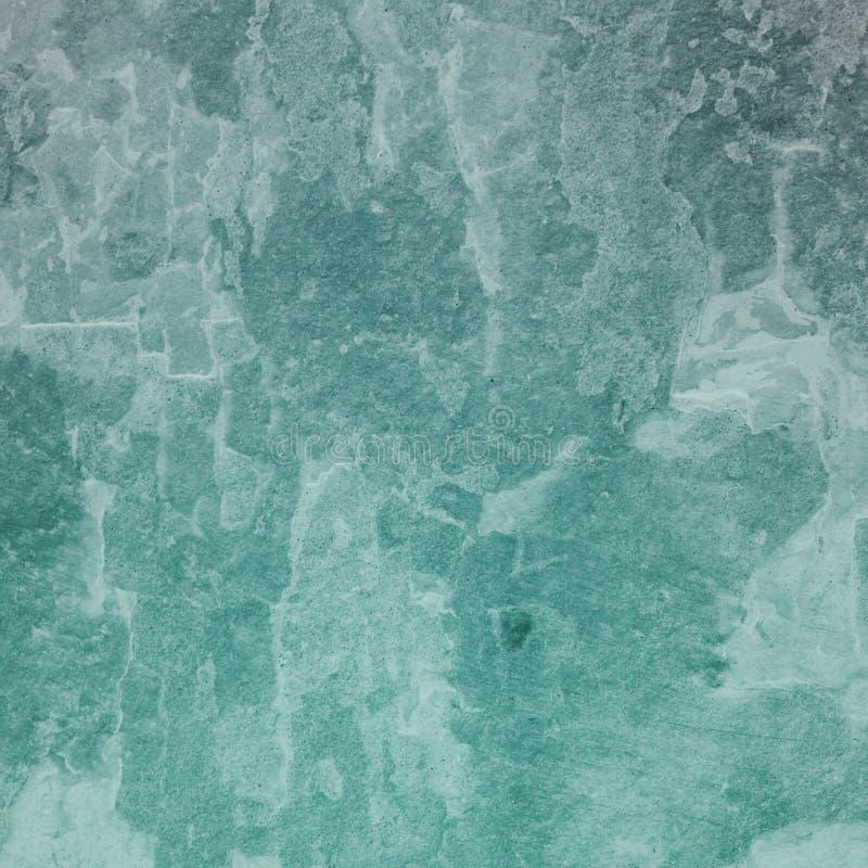 Gammal bekymrad grungebakgrundstextur i vit grungy och knastrad målarfärg, riden ut tappningbakgrund i blå grön ton stock illustrationer