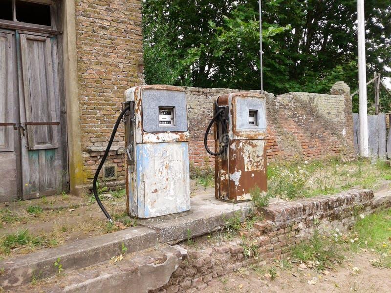 Gammal bensinpump som är rostig ut ur bruk arkivbild