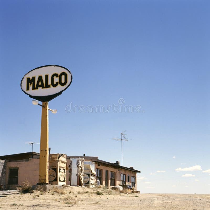 Gammal bensinstation i spökstad arkivbilder
