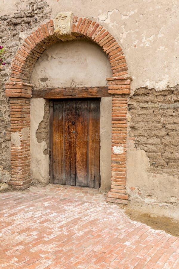 Gammal beskickningbyggnadsbåge och dörr arkivfoto