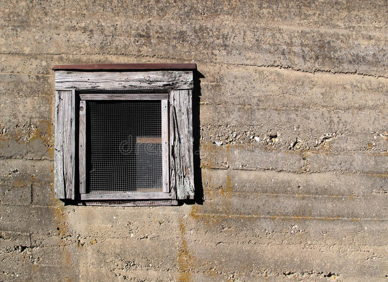 Gammal betongvägg med fönstret arkivbilder