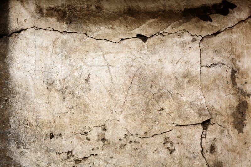 Gammal betongvägg med sprucken textur arkivbilder