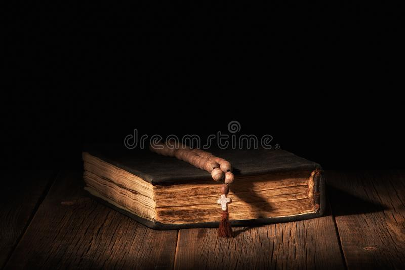 Gammal bibelbok på en träbakgrund royaltyfria bilder