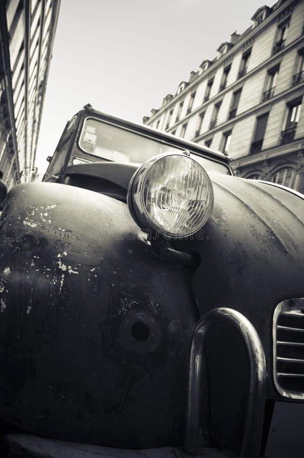 Gammal bil i en gata i Paris arkivbild
