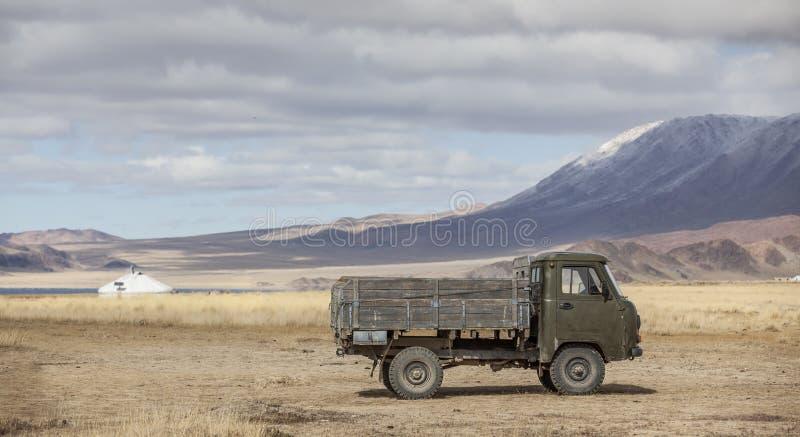 Gammal bil i ett landskap av Westerna Mongoliet arkivbilder