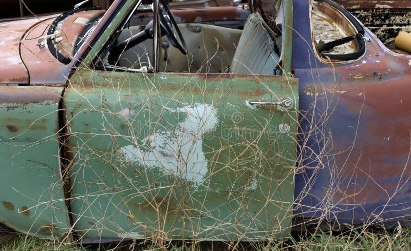 Gammal bil i paddock fotografering för bildbyråer
