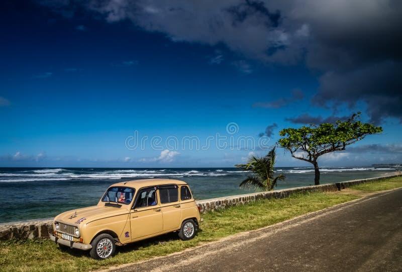 Gammal bil på sjösidan royaltyfria bilder
