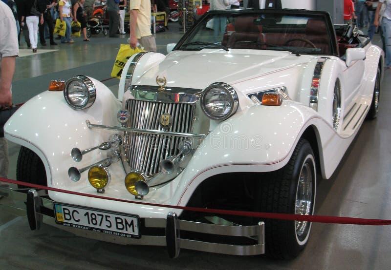 Gammal bil på utställningen arkivbilder