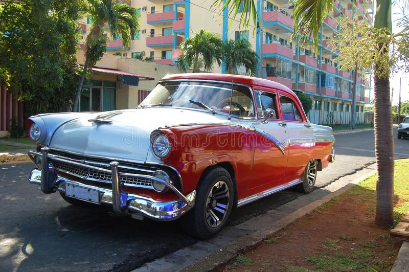Gammal bil p? gatan i Havana Cuba royaltyfri fotografi