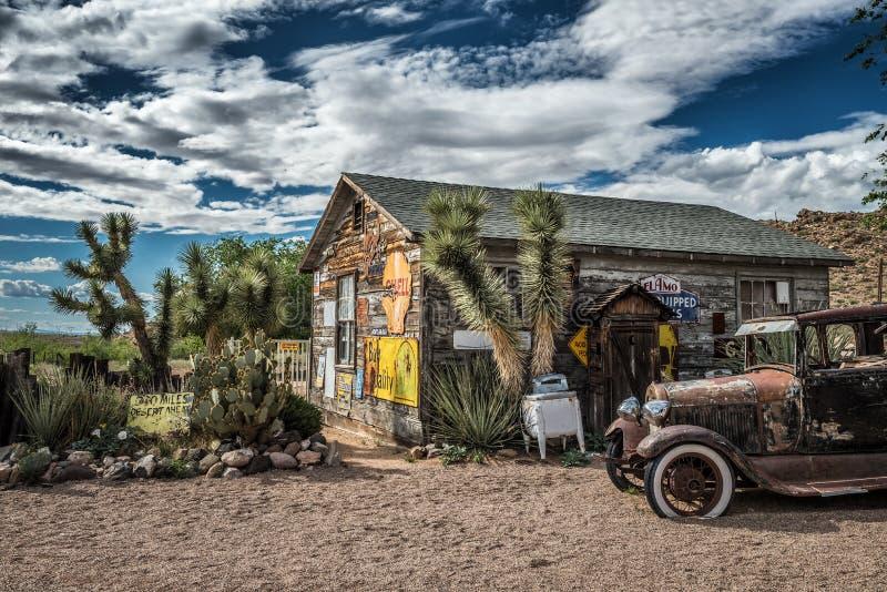 Gammal bilhaveri och ett lager i hackberryen, Arizona arkivbilder