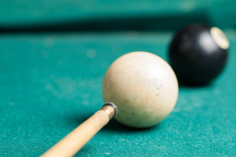 Gammal billiardboll 8 på en grön tabell billiardbollar som isoleras på en grön bakgrund arkivfoton