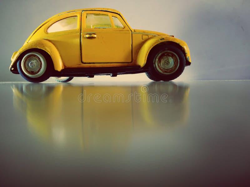 Gammal bilphotoshoot som tar i min smarta telefon fotografering för bildbyråer