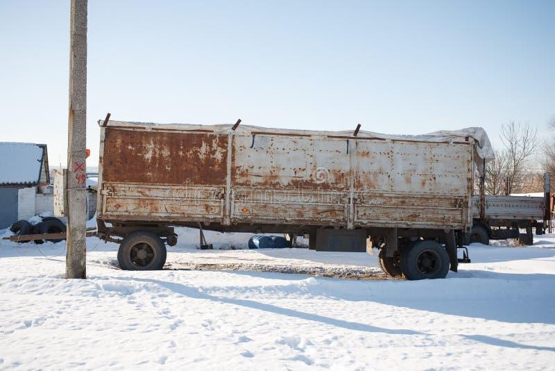 Gammal bilsläp på fältet arkivbild