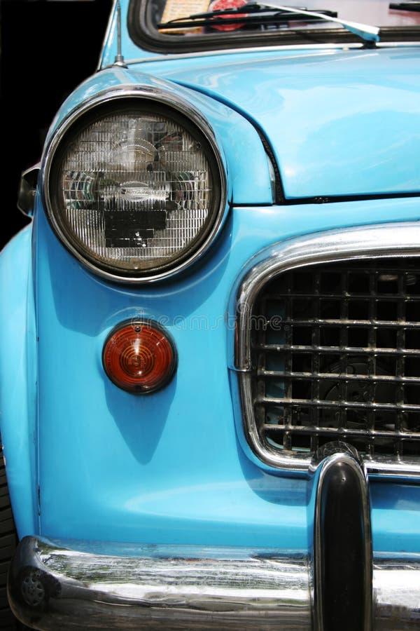 gammal blå bil royaltyfria bilder