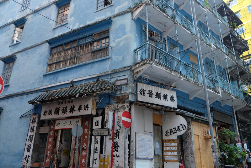 gammal blå byggnad royaltyfria foton