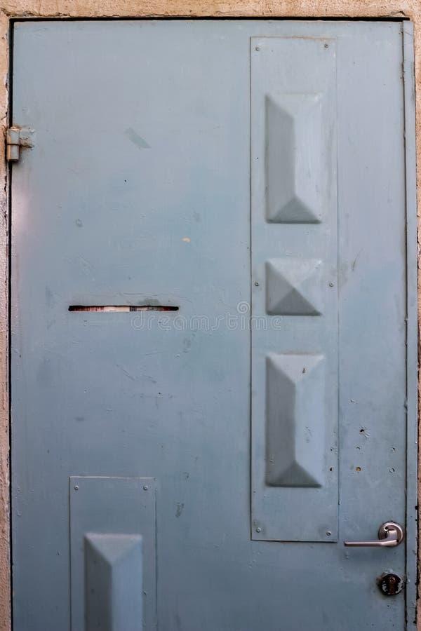 Gammal blå durty smutsig dörr med rostigt och openwork en härlig tappningbakgrund royaltyfri bild