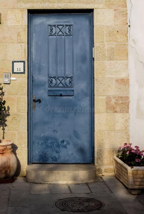 Gammal blå durty smutsig dörr med rostigt och openwork en härlig tappningbakgrund royaltyfria bilder
