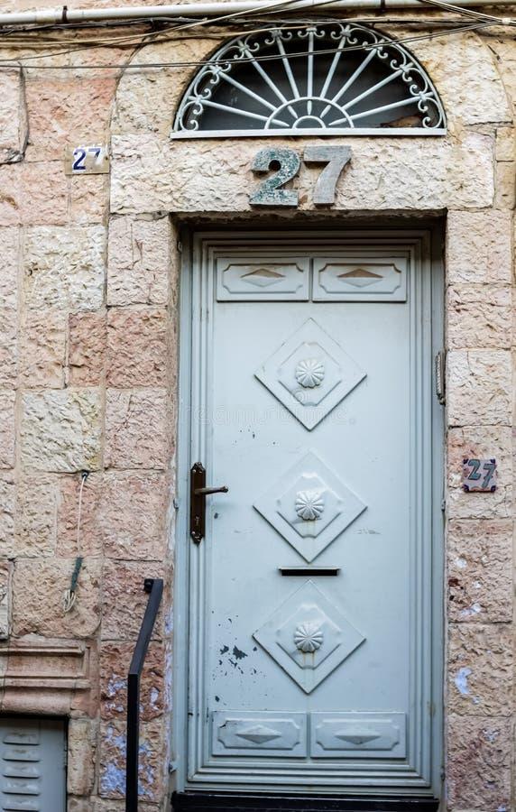 Gammal blå durty smutsig dörr med rostigt och openwork en härlig tappningbakgrund royaltyfri fotografi