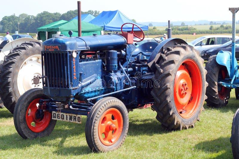 Gammal blå Fordson traktor. arkivbilder