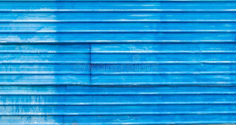 Gammal blå vägg som göras av bakgrund för textur för tak för stålark royaltyfri fotografi
