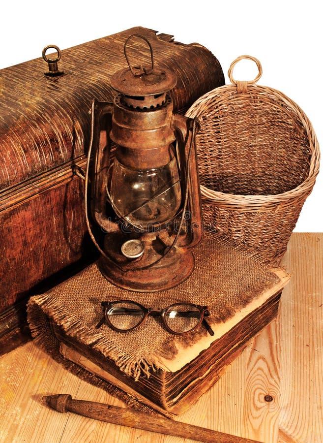 Gammal bok, korg och exponeringsglas arkivbild