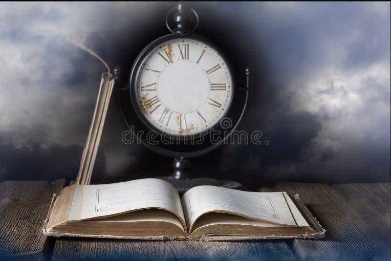 Gammal bok och klocka utan händer royaltyfri fotografi