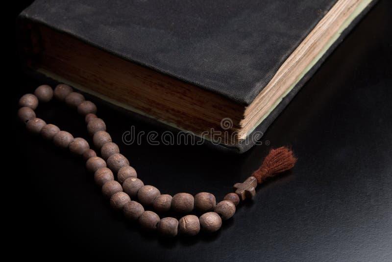 Gammal bok och kyrkaradband royaltyfri bild