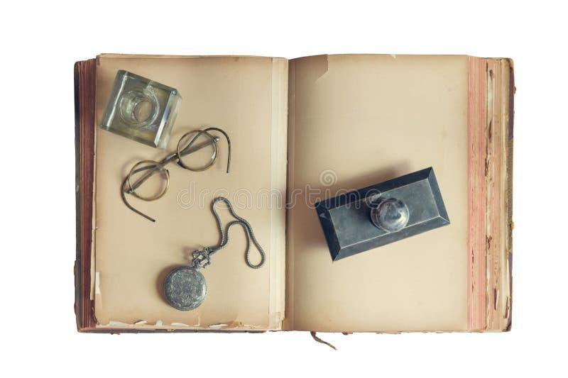 Gammal bok på den vita bakgrunden som isoleras arkivfoto
