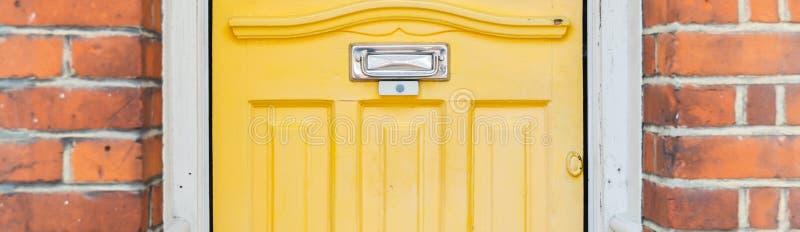Gammal bokstavsask i dörren, traditionell väg av att leverera bokstäver till huset, gammal brevlåda royaltyfri fotografi