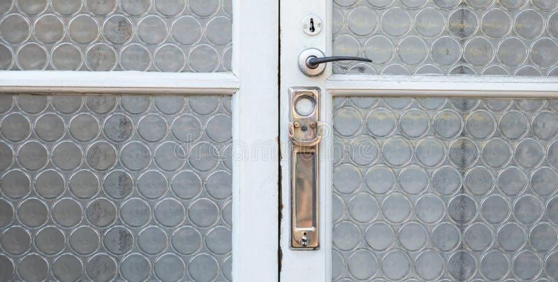 Gammal bokstavsask i dörren, traditionell väg av att leverera bokstäver till huset, gammal brevlåda arkivbilder