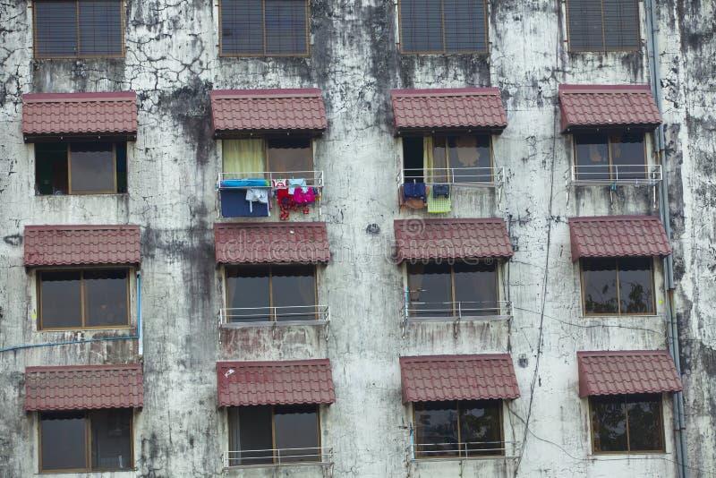 Gammal bostads- byggnad i Yangon arkivbild