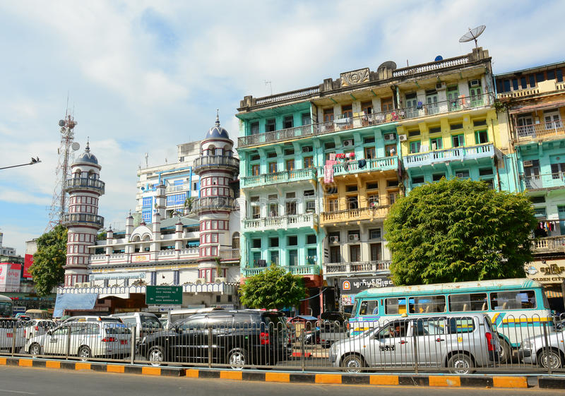 Gammal bostads- byggnad i Yangon, Myanmar royaltyfri fotografi