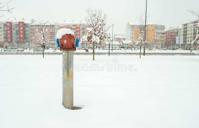 Gammal brandpost för brandmän på gatan i staden med insnöat vintersäsongen fotografering för bildbyråer