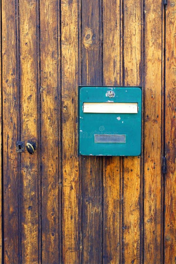 Gammal brevlåda inbäddad forntida wood dörr Frankrike royaltyfria bilder