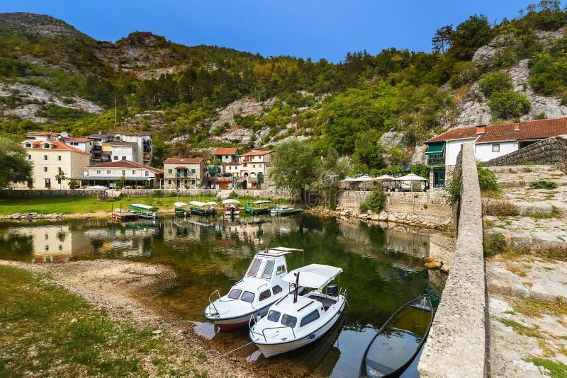 Gammal bro i den Rijeka Crnojevica floden nära Skadar sjön - Montene royaltyfri fotografi