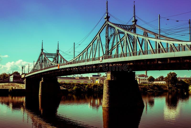 Gammal bro i den Tver staden, Ryssland Volga River arkivfoton