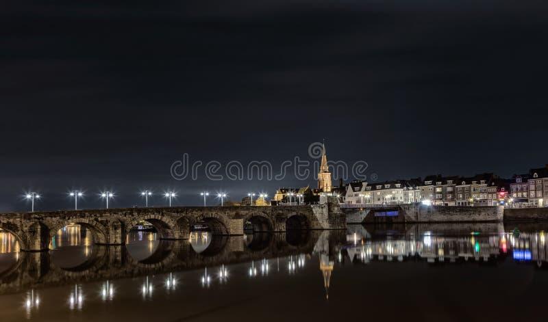 Gammal bro i maastricht royaltyfri fotografi